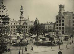"""Plaza del Ayuntamiento en el año 1926, los """"kioscos japoneses"""", Correos y el edificio de Telefónica en construcción con su desaparecida torre. Foto de la Fundación Telefónica."""