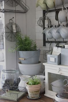 potting shed chic love the pitcher holder for inside Cottage Living, Cottage Style, Farmhouse Style, Farmhouse Decor, Country Living, Cozinha Shabby Chic, Estilo Country, Vibeke Design, Cocinas Kitchen