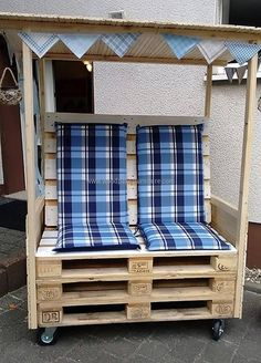 Have a look at the reclaimed wood pallet Strandkorb chair for the couple, there is a shade over it which makes it possible to enjoy the rainy day while sitting outside the home. The chair will not take much time in completion and it is on the wheels, so shifting it anywhere is easy.