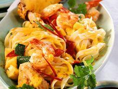 Puten-Nudelpfanne mit Shrimps und Ananas ist ein Rezept mit frischen Zutaten aus der Kategorie Garnelen. Probieren Sie dieses und weitere Rezepte von EAT SMARTER!