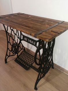 Newest No Cost naaitafel sewing table Thoughts Bound wood planks on iron treadle sewing machine base Antique Sewing Machine Table, Sewing Machine Drawers, Sewing Machine Projects, Treadle Sewing Machines, Antique Sewing Machines, Antique Sewing Tables, Singer Table, Singer Sewing Tables, Diy Furniture
