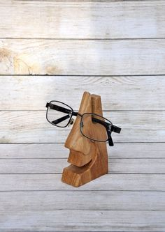 Handmade decorative stand for NilaDolss eyeglasses . - Handmade decorative stand for NilaDolss eyeglasses - Small Wood Projects, Scrap Wood Projects, Woodworking Projects Diy, Craft Projects, Woodworking Tools, Woodworking Techniques, Pallet Projects, Scrap Wood Crafts, Wooden Crafts