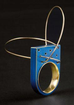 MARIJKE DE GOEY – 1999 – Pièce unique. BAGUE « Curly » en or or et titane à patine bleue
