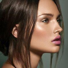 Conheçam ✨ ''STROBING'' ✨ nova técnica que promete tomar vez dos famosos contornos! Que consiste basicamente em iluminar os pontos mais salientes da ossatura facial!!! Mas cuidado com excessos meninas pra não acabar com efeito de pele oleosa!!!! Simplesmente amei!!! ✌️ #strobing #strobingeffect #illuminatedskin #like #love #luxo #diva #makeup #lovemakeup
