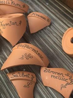 Small DIY for the herb bed - herb plates made of clay pots - Small DIY for the herb bed – herb plates made of clay pots – Elly´s Do it yourself Best Pictur - Pots D'argile, Clay Pots, Edible Garden, Vegetable Garden, Balcony Plants, Rose Trees, Gardening For Beginners, Kraut, Garden Labels