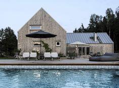 Familjens lada vid skogen – hemma hos Karin Boo Wiklander   Residence Modern Ranch, Modern Barn, Style At Home, Scandinavian Architecture, Architecture Design, Weekend House, Exterior Remodel, House Goals, Home Fashion