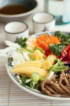 Buntes Gemüse verleiht in der kalten Jahreszeit Energie und Sesamnudeln stillen das Fernweh!