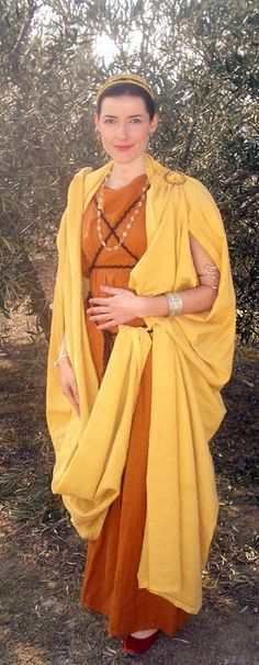 "An example of wearing the palla as a ""coat"" / rivièred'ocre / olokosmon / orange / jaune / robe Greek Clothing, Medieval Clothing, Ancient Roman Clothing, Ancient Rome, Ancient Greece, Historical Costume, Historical Clothing, Biblical Costumes, Roman Dress"