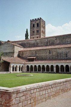 Abbaye saint germain de cuxa- Cloitre guide du tourisme des Pyrénées-Orientale Languedoc-Roussillon