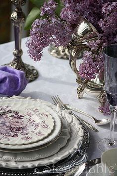 Lovely mixing of plates, purple transferware What a lilac dreamy table Beautiful Table Settings, Boho Home, All Things Purple, Deco Table, Decoration Table, Shades Of Purple, Dusty Purple, Purple Love, Place Settings