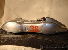 """Mercedes W125 """"Silver Arrow"""" de Carrera EXCLUSIV 1:24 Impresionante Mercedes """"flecha plateada"""" creo que ya descatalogado. Es grande aunque funciona como exhibición en una pista 1:32. Tapa-pasos de rueda desmontables. Muy buen acabado. Nuevo aunque probado en pista. Sin caja. El catalogo no entra.  Recuerda que una puja o compra te compromete. Si resultas ganador de esta subasta estarás obligado a cumplir con tu compromiso y formalizar la compra del ..."""