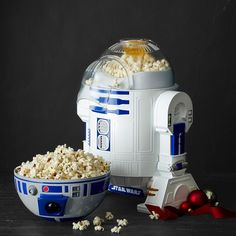 Give snack time the intergalactic edge with this popcorn maker shaped like everyone's favorite Star Wars ™ droid. Simply plug him in, add corn kernels and watch as makes quick work of air-popping a healthy snack for movie night. Williams Sonoma, Star Wars Quotes, Star Wars Humor, Cocina Star Wars, Art Adventure Time, Star Wars Zimmer, Star Wars Kitchen, Star Wars Room, Outdoor Movie Nights