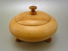 Gedrechselte Holzdose, Bauhausära feine Handarbeit auf 3 Füßen ca 13cm Ø