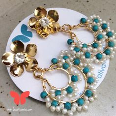 Zarcillos Gitanos. #piedras #cristales #handmade #bañadosenoro #orafo #jewelry #earrings #zarcillos #artetes #metalsmith #metalwork #Lavativarios #alambrismo #perlas #turquesas #OrgullosamenteDiseñadosenVenezuela   Info: www.lavativarios.com Info@lavativarios.com Wire Earrings, Wire Jewelry, Earrings Handmade, Jewelry Crafts, Handmade Jewelry, Beaded Jewelry Designs, Beaded Bracelets, Jewels, Beads