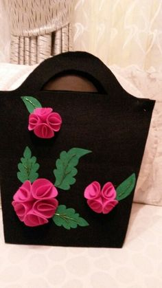 Best 12 A Beautiful and Elegant Felt Flower Bag… gorgeous ! Fabric Gift Bags, Fabric Purses, Patchwork Bags, Quilted Bag, Crochet Butterfly Pattern, Accessoires Barbie, Felt Purse, Diy Tote Bag, Flower Bag