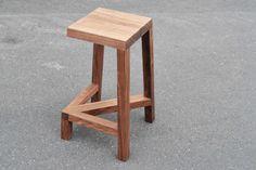 LEGLESS BAR STOOL Diseño que utiliza un refuerzo transversal diagonal para ofrecer apoyo y crear una ilusión óptica.La ausencia de una de las patas crea el espacio perfecto para apoyar los pies, lo que garantiza una gran comodidad.http://joshcarmody.com.au/
