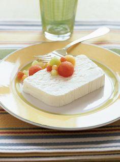 Recette de parfait au citron : recette de Ricardo. Ce dessert se prépare en 30 minutes. Décorer de petits fruits de saison et accompagner de biscuits fins.