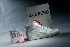 In einer Kooperation mit Heiko Zahlmann, dem Gudberg Verlag, Paperlux und Nike entstand diese Edition des Gudberg Kunstmagazin. Die Edition widmet sich einzig und allein dem weit über die Grenzen von Hamburg bekannten Künstler Heiko Zahlmann. Limitiert ist die Edition auf 100 signierte Buchexemplare, davon 13 Stück mit einem Paar Sneaker Nike High Dunk in Grau. #paperlux #design #gudberg #nike #turnschuh