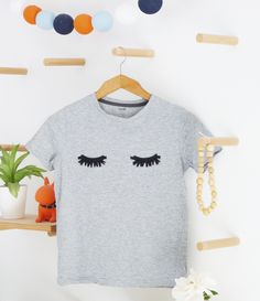Diy : le tee shirt cils – Black Confetti – Home & Women Diy Clothes Hangers, Diy Clothes Refashion, Diy Clothing, Diy Tee Shirt, Tee Shirts, Diy Clothes Videos, Clothes Crafts, T-shirt Broderie, Diy Vetement