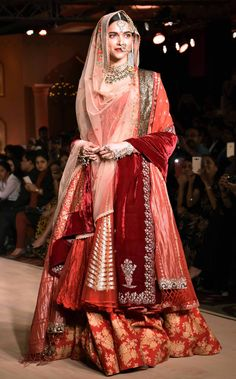 Check out stylish ways to drape your bridal dupatta. From Bollywood divas to gorgeous real brides, get inspired for your D-day from the real fashionistas. Indian Wedding Outfits, Bridal Outfits, Indian Outfits, Bridal Dupatta, Pakistani Bridal Dresses, Wedding Lehnga, Bengali Wedding, Wedding Dresses, Shadi Dresses