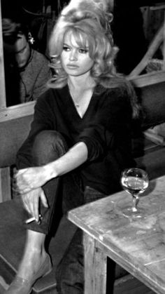 Big Blonde Hair, Bridgitte Bardot, 50s Hairstyles, Hairdos, Glam Hair, Hair Remedies, French Actress, Women Smoking, Classic Beauty