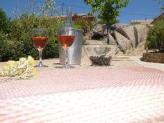Un vin rosé dans le jardin de la location en Corse