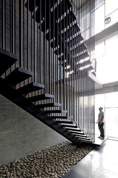 Galet sous escalier - corporate office, chile