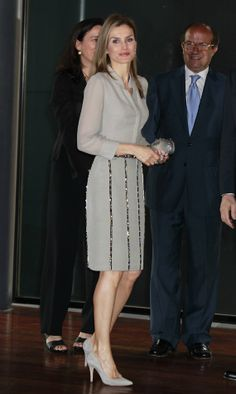 Princess Letizia attended the ceremony domestic prices of fashion. The evening was held at the Reina Sophia Museum in Madrid. Royal Beauty, Princess Style, Princess Sophia, Power Dressing, Queen Letizia, Elegant Outfit, Royal Fashion, Classy Outfits, Nice Dresses