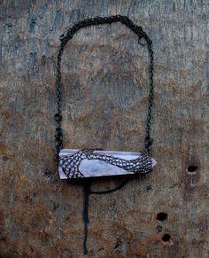 Die nächste Kette in meiner neuen Serie von der Natur inspiriert und machte mit dem großen Edelstein Stücke und Draht häkeln Technik um zu wickeln. Die asymmetrische natürliche Formen und Linien sind wie unvorhersehbare Linien eines Berges, eines Flusses oder einer Wolke. Diese Kette ist in Kupferdraht und die rosa Quarz - ungewöhnliche Kombination von einem zarten rosa klar Quarz und eine grobe rustikal aussehende Kupfer net, die von Hand aus Kupferdraht gehäkelt ist konzipiert. Die…