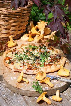 Underbart recept på dinkelpizza toppad med kantareller, västerbottenost och färska örter. Väldigt gott recept på hemgjord pizza med underbar pizzadeg.