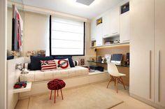 Adorei esse quarto com inspiração de Londres nas cores e objetos decorativos. Essa cama ideia do colchão sobre um móvel de gavetas é um ótimos recurso para ganhar espaço e manter o quarto organizado, essa marcenaria bem planejada faz toda a diferença. Projeto Izabela Lessa.
