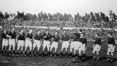Die Springbokke voer hul strydkreet in 1928 uit voor die eerste toets in Durban teen die All Blacks. South African Rugby, The Sydney Morning Herald, All Blacks, Liam Hemsworth, Teen, Concert, Sage, Sport, Deporte