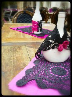 Deco de table esprit espagnol / mantilles Naperons teintés- bouteilles peintes- dentelle noire- rubans