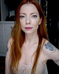 Julia Petit tutorial de maquiagem natural com um pouco de cor nos olhos e boca com efeito pétala.