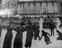 Patinando en el lago frente al Palacio de Cristal en el Retiro, finales del Siglo XIX. Autor desconocido