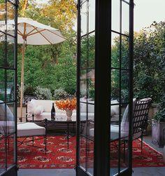 kleiner-Innenhof-gestalten-Ideen-Bambus-Sichtschutz-Wand-Sonnenschirm-Sitzecke
