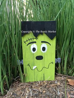 Frankenstein Halloween Pallet Sign - 110 DIY Pallet Ideas for Projects That Are Easy to Make and Sell - http://bigdiyideas.com
