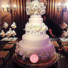 """Peônias, orquídeas, rendas, pérolas...❤️ Tudo num só bolo da @lucinhacascao e o resultado é este aí que vocês estão vendo!! Acompanhem mais detalhes no Snapchat """"centraldanoiva"""".  #InspiraçãoCN da feira de tendências @new_wed . #CentraldaNoiva #Casamento #Noiva #Noivo #Bolo #BolodeNoiva #BolodeCasamento #Wedding #Detalhes #FeiradeTendências #Recife #Pernambuco"""