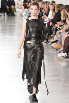 Paco Rabanne Fall 2017 Ready-to-Wear Fashion Show - Cleo Cwiek look 3 alluminium mesh color canna di fucile or Lead
