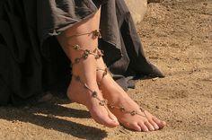 Crochet lace up barefoot sandals...  Adornando tus pies descalzos...