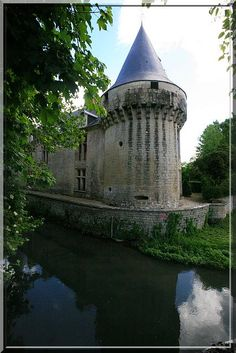Vers le 15ème siècle, une terrible arme fait son apparition : Le canon... Cette invention va bouleverser les batailles mais aussi les systèmes défensifs des châteaux forts.... Conséquence : Cette magnifique tour d'angle du château de Dampierre sur Boutonne arbore fièrement de nombreuses canonnières.