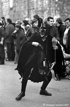 Carnevale di Ottana : Sa Filonzana.Figura femminile vestita di nero. Si tratta di una sorta di Parca della tradizione sarda, che tiene fra le mani un fuso. Tale personaggio rappresenta, sul piano simbolico, la precarietà del destino umano e, al contempo, la morte che incombe sul filo sottile della vita, pronta a spezzarlo da un momento all'altro
