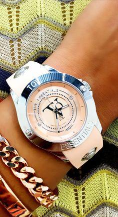 Pastellfarben sind in diesem Sommer total im Trend. Unser Must-have diesen Sommer: Die roséfarbene Uhr von TOV Essentials.