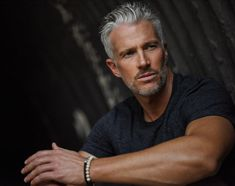 Silver Foxes Men Over 50 Handsome Older Men, Handsome Men Quotes, Handsome Arab Men, Older Mens Hairstyles, Haircuts For Men, Silver Foxes Men, Silver Man, Strong Woman Tattoos, Men Over 50