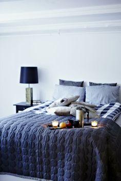 I KJELLEREN. Soverommet ligger i husets kjeller. Sengeteppet er Hay's Mega Dot. Putene som liggersamlet på sengen er av selskinn og sydd på bestilling.