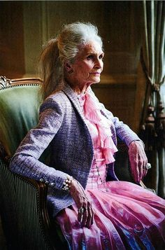 Aging With Grace Beautiful Old Woman, Beautiful People, Stylish Older Women, Long Gray Hair, Grey Hair, Mature Women Fashion, Advanced Style, Ageless Beauty, Aging Gracefully