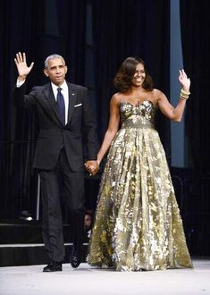 Michelle Obama looked absolutely fabulous in Naeem Khan at the Congressional Black Caucus Foundation's annual Phoenix Awards Dinner. Michelle E Barack Obama, Barack Obama Family, Michelle Obama Fashion, Obamas Family, Naeem Khan, Presidente Obama, First Ladies, Look Star, First Black President
