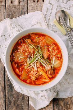 Quick and Easy Kimchi Ramen - Recipes - - Essen - Asian Ramen Recipes, Asian Recipes, Vegetarian Recipes, Cooking Recipes, Healthy Recipes, Ethnic Recipes, Cooking Food, Easy Cooking, Noodle Recipes