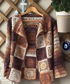 How to combine leather with knitting . Jean will be nice Cardigan with little knitting touch.This Pin was discovered by DiaHow one can mix the pores and skin with knitting . Gilet Crochet, Crochet Coat, Crochet Cardigan Pattern, Granny Square Crochet Pattern, Crochet Jacket, Crochet Blouse, Crochet Squares, Crochet Granny, Crochet Shawl