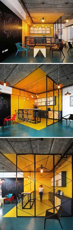 Interior Design Idee Farbe zu definieren eine Nutzfläche / / In dieser Küche innerhalb eines Büros, leuchtend gelbe Wände, Fußboden und Decke klar definiert den Bereich, während die Innenarchitekten eine Krickente Bodenfarbe verwendet haben, um eine lässige Sitzecke zu skizzieren, die die Küche umgibt.